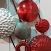 decoration abstraite en metal rouge et grise